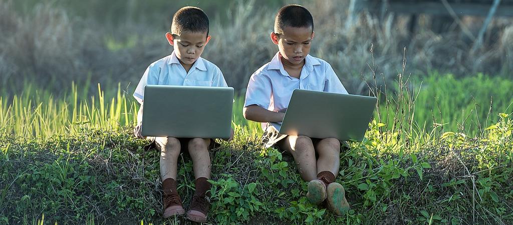 Kinder am Laptop