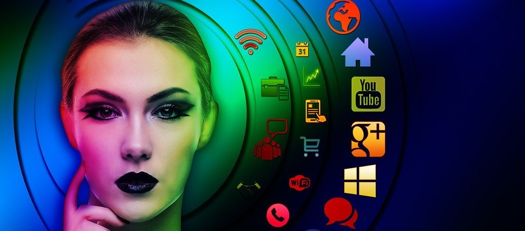 Frau vor Social Media Icons