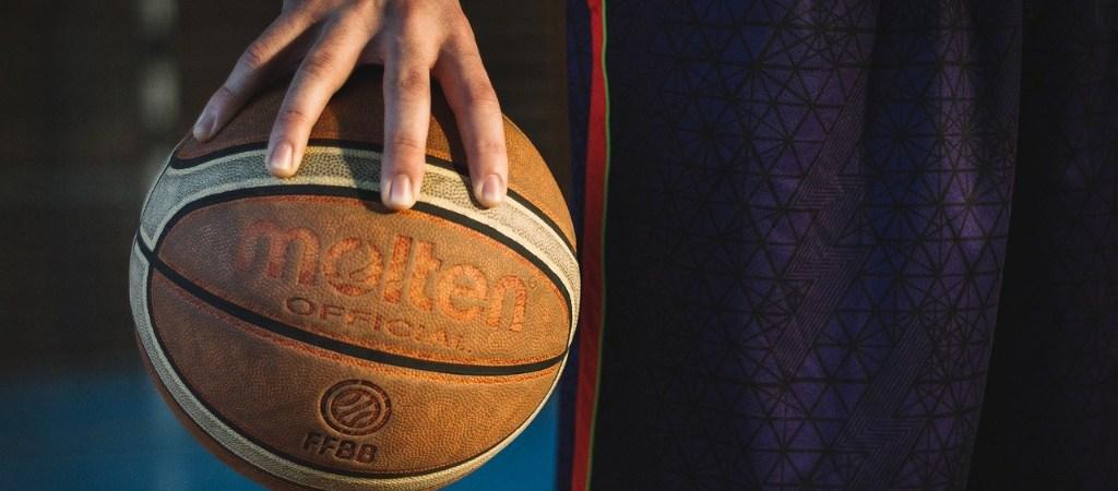 Geschäft fest im Griff: Hand hält Ball