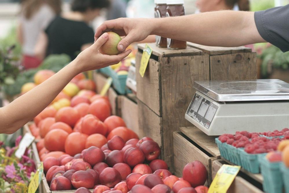 Menschen verkaufen und kaufen Äpfel