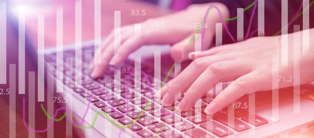 Hände tippen auf Laptop Tastatur