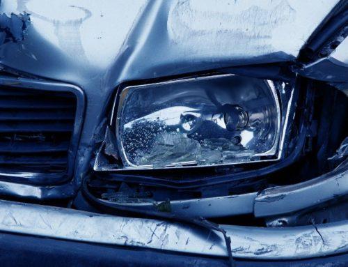 Verkehrsunfall beim Rückwärtseinfahren vom Parkplatz auf Fahrbahn
